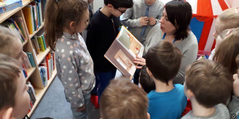 Pierwszaki na zajęciach czytelniczych w bibliotece miejskiej
