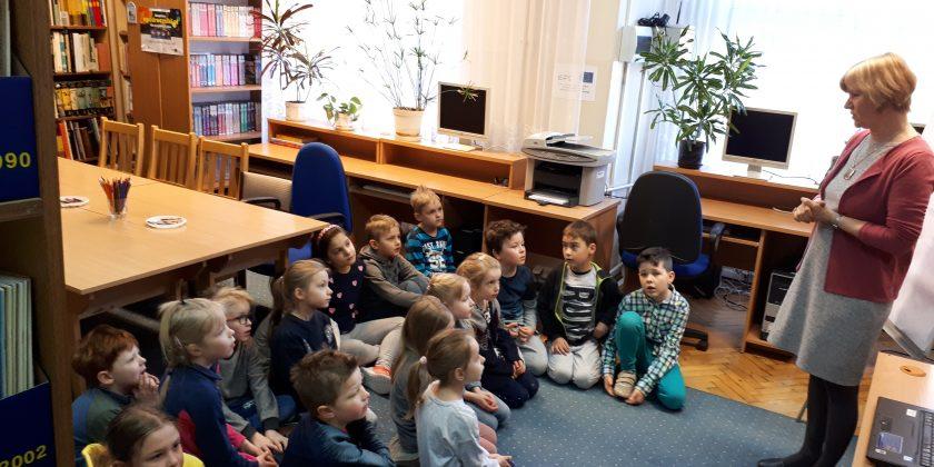 Klasy pierwsze i zerówka na zajęciach czytelniczych w Pedagogicznej Bibliotece Wojewódzkiej