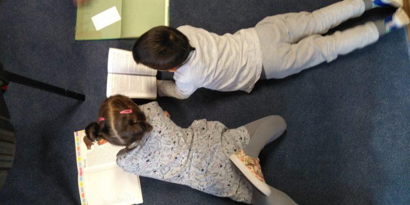 Nasi najmłodsi z wizytą w bibliotece szkolnej